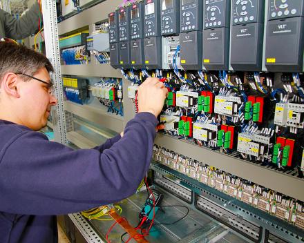 Samen met een elektricien de sturingen helpen opbouwen