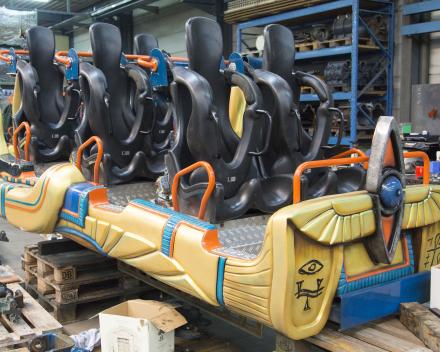 Voorbereiding onderhoud wagentjes Anubis roller coaster