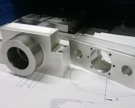 Frezen van fijne machine-onderdelen